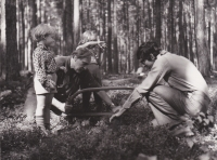 Sergej Machonin se svým kamarádem a dětmi při práci v lese na Vysočině