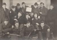 Společné foto vysloužilců PTP, pamětník uprostřed pod cedulkou, 1954