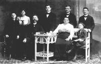 Rodina Staňkových, stojící: děti František, Růžena, Karel, Ladislav a Alois; sedící: děda Jan Staněk, babička Anna Staňková, maminka Anna