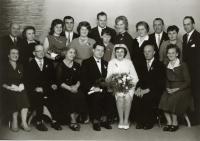 Rodiče Miroslava Blažka s rodinou, svatba, Lomnice nad Popelkou, 25. 9. 1965