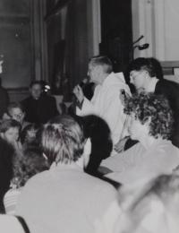 Světluše Košíčková na setkání Taizé v Katovicích v roce 1981, na fotografii bratr Roger mluví k poutníkům