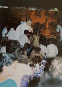 Světluše Košíčková na setkání Taizé v indickém Madrasu v roce 1986, nahoře na fotografii bratr Roger