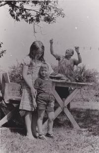 Sergej Machonin s dětmi Terezou a Honzou. Foceno v Dolním Městě