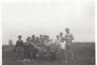 Martin Ehrlich (dole uprostřed v laclových kalhotách) jako vedoucí ilegální skupiny ministrantů při pobytu na tzv. Chaloupkách - samotě ve Lhotě u Borovan v jižních Čechách. (první polovina 80. let)