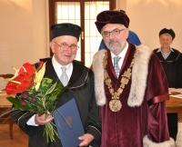 Při předávání čestného doktorátu s rektorem Jihočeské Univerzity Liborem Grubhofferem (2013)