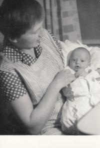 Martin Ehrlich jako kojenec s maminkou Marií Ehrlichovou