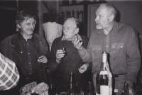 Vlevo Jiří Dienstbier st., který přišel za Sergejem Machoninem na přelomu roku 1976/1977 s prohlášením Charty 77. Uprostřed Sergej Machonin a jako třetí sochař Olbram Zoubek