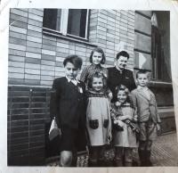 Zlata Černá jako nejstarší z dětí nahoře uprostřed, vedle vpravo její matka, její sourozenci :  zleva první  Vašek, druhá Agáta, třetí Vendula, čtvrtý Bója