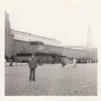 Martin Ehrlich před Mauzoleem V. I. Lenina v Moskvě v roce 1980. Jediný rodinný zahraniční zájezd za socialismu zaplatili rodiče proto, aby děti na vlastní oči viděly, že v komunisty adorovaném SSSR se žije hůř než v tehdejší ČSSR.