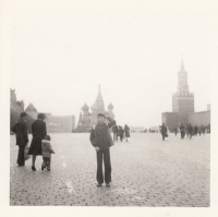 Martin Ehrlich na Rudém náměstí v Moskvě v roce 1980. Jediný rodinný zahraniční zájezd za socialismu zaplatili rodiče proto, aby děti na vlastní oči viděly, že v komunisty adorovaném SSSR se žije hůř než v tehdejší ČSSR.