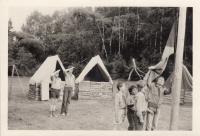 Martin Ehrlich (4. zprava) na táboře s turistickým oddílem Čtveráci. Tento oddíl byl v roce 1968 založen jako skautský, později musel přejít pod hlavičku Pionýra, byl však nadále veden ve skautském duchu. (konec 70. a počátek 80. let 20. století)