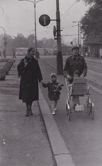 Drahoslava Janderová a Sergej Machonin spolu s dětmi Terezou a Honzou v Praze
