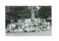 Hromadná fotografie účastníků pochodu Havlíčkovy mládeže do Havlíčkovy Borové 29. 7. 1989, Tomáš Holenda v horní řadě zcela vlevo