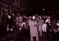 Happening na havlíčkobrodském náměstí - inscenace únosu K. H. Borovského do Brixenu, zřejmě prosinec 1989 (poskytlo Muzeum Vysočiny Havlíčkův Brod)