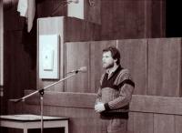 První jednání pléna MNV po kooptacích poslanců, hovoří Jiří Vondráček (ČSL), pozdější zástupce starosty (poskytlo Muzeum Vysočiny Havlíčkův Brod)