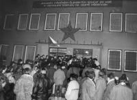 Noční srocení před havlíčkobrodským OV KSČ, poté, co se občané dozvěděli, že se tam ve sklepě údajně skartují dokumenty (poskytlo Muzeum Vysočiny Havlíčkův Brod)