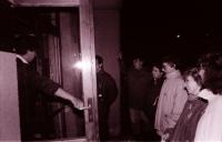 Sídlo havlíčkobrodského OV KSČ, těsně předtím, než mohli občané nahlédnout do sklepa, kde probíhala skartace dokumentů KSČ, zejména záznamů ze schůzí apod., Tomáš Holenda za rámem dveří (poskytlo Muzeum Vysočiny Havlíčkův Brod)