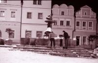 Večer 20. 11. 1989 na náměstí v Havlíčkově Brodě (poskytlo Muzeum Vysočiny Havlíčkův Brod)