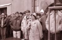 Učitelka Eva Rusňáková podporuje studenty při generální stávce na havlíčkobrodském náměstí 27. 11. 1989 (poskytlo Muzeum Vysočiny Havlíčkův Brod)