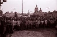 Studenti havlíčkobrodského gymnázia při generální stávce na náměstí 27. 11. 1989 (poskytlo Muzeum Vysočiny Havlíčkův Brod)