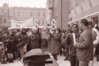 Jiří Černý (vpravo) a Tomáš Holenda (s mikrofonem) moderují průběh generální stávky na havlíčkobrodském náměstí 27. 11. 1989 (poskytlo Muzeum Vysočiny Havlíčkův Brod)