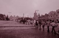 Studentský živý řetěz okolo centra Havlíčkova Brodu, zřejmě listopad 1989 (poskytlo Muzeum Vysočiny Havlíčkův Brod)