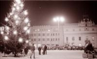 Večerní shromáždění na havlíčkobrodském náměstí, Vánoce 1989 (poskytlo Muzeum Vysočiny Havlíčkův Brod)