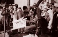 Generální stávka na náměstí v Havlíčkově Brodě 27. 11. 1989, Tomáš Holenda s plakátem Václava Havla (poskytlo Muzeum Vysočiny Havlíčkův Brod)