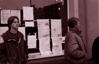 Informační nástěnka na náměstí v Havlíčkově Brodě při generální stávce 27. 11. 1989 (poskytlo Muzeum Vysočiny Havlíčkův Brod)