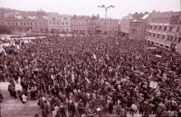 Zaplněné náměstí v Havlíčkově Brodě při generální stávce 27. 11. 1989 (poskytlo Muzeum Vysočiny Havlíčkův Brod)