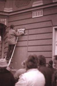 Přejmenování náměstí Čs. armády na Havlíčkovo, Pavel Šimon umisťuje novou ceduli (poskytlo Muzeum Vysočiny Havlíčkův Brod)