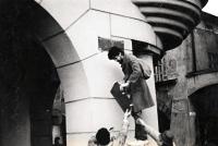 Ivan Junášek (kolega Pavla Bártka) sundavá ceduli Leninovo náměstí / Nový Jičín / listopad 1989