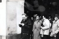 Pavel Bártek (v baloňáku za řečníkem Aloisem Válkem) na generální stávce v Novém Jičíně / 27. listopad 1989