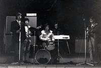Pavel Bártek (vlevo s kytarou) při vystoupení v M-klubu / Nový Jičín / 1983