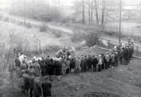 Sázení lípy svobody na školní zahradě v Žilině u Nového Jičína / 28. října 1968