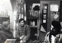 Pavel Bártek (uprostřed) s hosty J-klubu ve sklepě u Ivana Mynáře / 1989