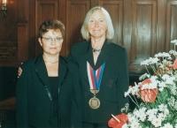 Dagmar Helšusová (vpravo) v porevolučních letech jako oddávající