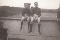 Se starším bratrem Jiřím (vpravo) 1938, Týn nad Vltavou, při veřejném cvičení Sokola
