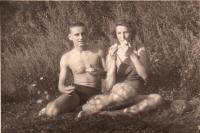 S manželkou cca 1954 před svatbou v Ledči