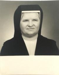 Pamätníčka na fotke z osobnej legitimácie, rok nešpecifikovaný