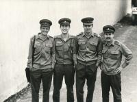 Josef Baxa (druhý zleva) během základní vojenské služby, 1983