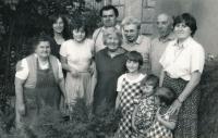 Lenka Kocourová s rodinou v roce 1985. Lenka zcela vpravo, Lenčina maminka zcela vlevo, druhá zleva je její sestřenice Zora Rysová.