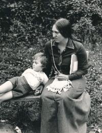 Lenka Kocourová s dcerou Annou v roce 1975