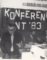 Na konferenci o nanotechnologiích (sedící uprostřed)