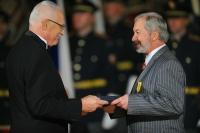 Převzetí medaile Za zásluhy z rukou prezidenta republiky