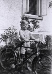 Helmut Hempel v dětství s jízdním kolem