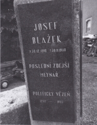 Pamětní deska Josefa Blažka byla odhalena v roce 1998 (100 let od narození J. B. a k 80. výročí vzniku Československa)