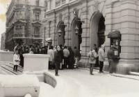 VB kontroluje diváky před vstupem do divadla, listopad 1989