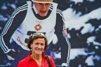 Květa Jeriová Pecková pózuje před svou velkoformátovou fotografií z Olympijských her v Sarajevu