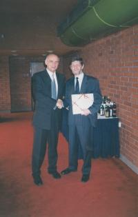 Oslava padesátin Michala Hrona, na fotografii s ředitelem firmy KODAP Vladimírem Šnekem,  červen 1999
